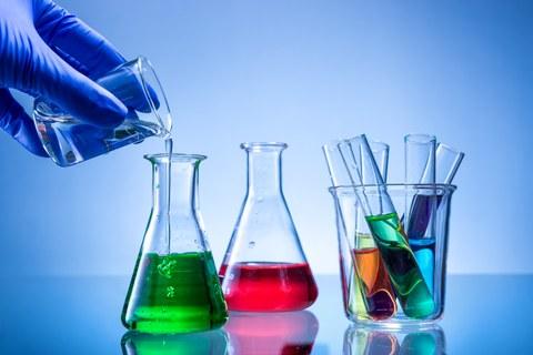 Farbige Flüssigkeiten in Erlenmeyerkolben und Reagenzgläsern