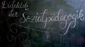 """""""Didaktik der Sozialpädagogik"""" in künstlerischem Design mit Kreide an die Tafel geschrieben"""