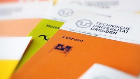 """Bild verschiedener Broschüren der TU Dresden. Auf der obersten Broschüre steht """"Lehramt""""."""