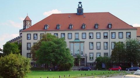 Frontales Foto des Weberbaus der TU Dresden
