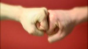 Es sind 2 Hände zu sehen
