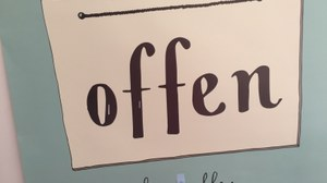 """Plakat, auf dem steht """"offen für (fast) alles"""""""