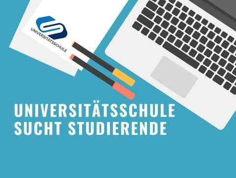Ein Schreibtisch mit Laptop, Stiften und Papieren. Auf letzterem ist das Logo der Universitätsschule sichtbar. Darunter steht der Text: Universitätsschule sucht Studierende
