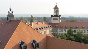 Foto des Institutsgebäude Weberplatz von oben. Zu sehen ist das rote Dach mit den beiden Türmen.