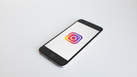 Ein Smartphone, auf dem man das Instagram-Symbol sieht.