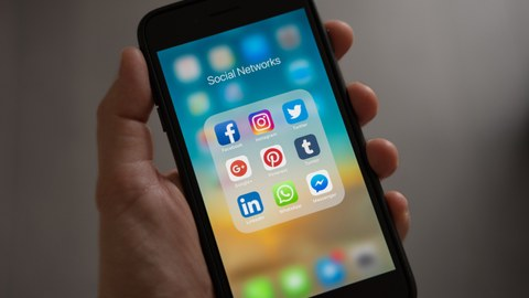 Apps von sozialen Netzwerken auf einem Handy Display