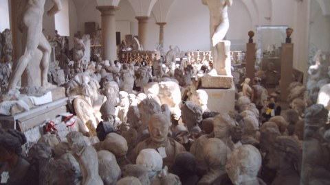 Foto der vielen antiken Skulpturen im Schaukasten des Albertinums in Dresden