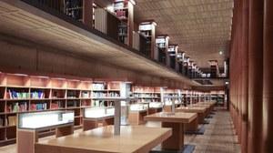 Foto eines Gangs in der Bibliothek mit leeren Stehtischen
