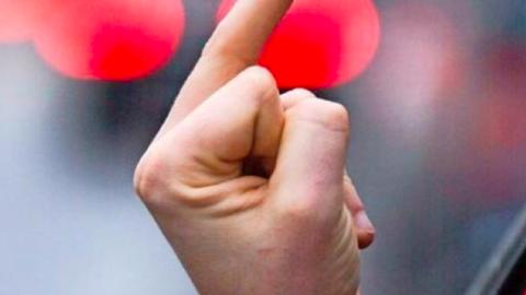 erhobener Mittelfinger