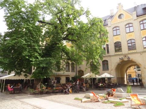 Innenhof an der ul. Włodkowica (früher Wallstraße) im Jahr 2016. Auf diesem Platz vor der Synagoge zum Weißen Storch und den Gebäuden der jüdischen Gemeinde wurden Breslauer Juden vor der Deportation gesammelt.