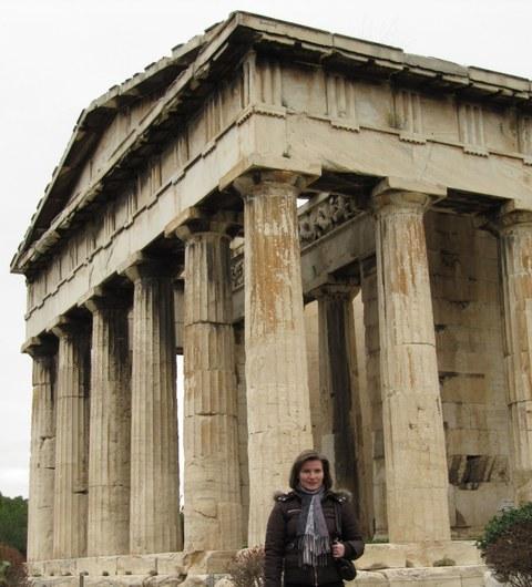Christine Schmacht vor der Akropolis
