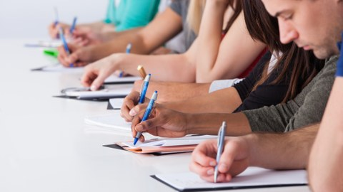 Studierende am Schreiben