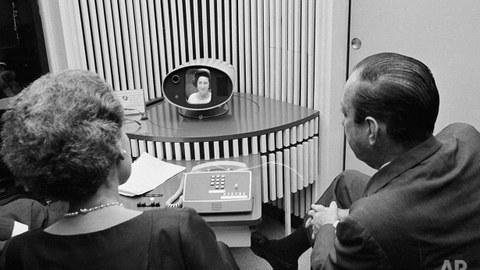 """25. Juni 1964 New York City: Dr. Elizabeth Woods, Bell Labs und der New Yorker Bürgermeister Robert F. Wagner beim ersten Picturephone-Gespräch. Zugeschaltet ist aus Washington D.C. die First Lady Claudia Alta """"Lady Bird"""" Johnson"""