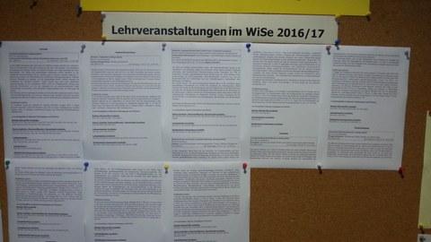 Foto des Aushangs der Lehrveranstaltungen