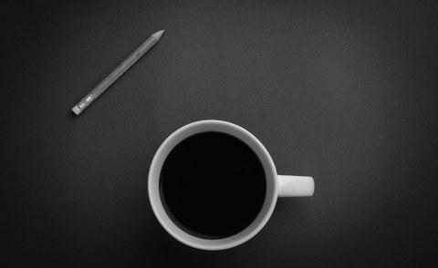 Stillleben mit Kaffeetasse und Bleistift