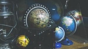 Verschiedene alte Globen
