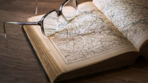 Stillleben mit Brille auf Buch
