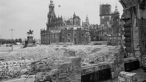 Theaterplatz in Dresden nach September 1945
