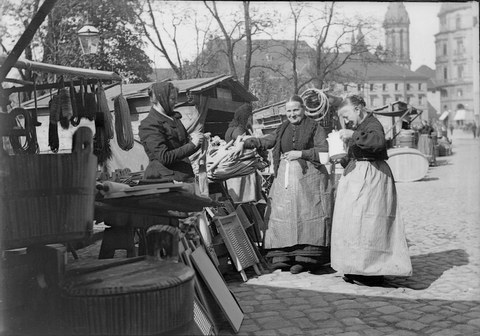 Diese schwarz-weiß Fotografie von Adolf Deininger zeigt Marktfrauen auf den Leipziger Wochenmarkt am Töpferplatz um 1900.