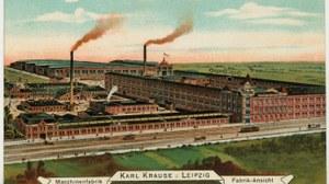Das Bild zeigt eine kolorierte Ansichtskarte, auf der die Maschinenfabrik Karl Krause um 1900 dargestellt ist.