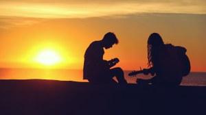 Gitarrenspieler im Sonnenuntergang
