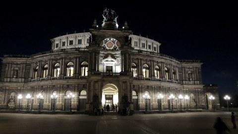 Bild der Semperoper bei Nacht