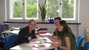 Institutsangehörige bei der gemeinsamen Arbeit
