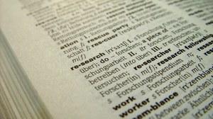 """Ein aufgeschlagenes Wörterbuch, das den Begriff """"Research"""" zeigt."""