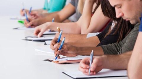 Studierende, die eine Prüfung schreiben