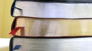 Fotografie eines Bücherstapels