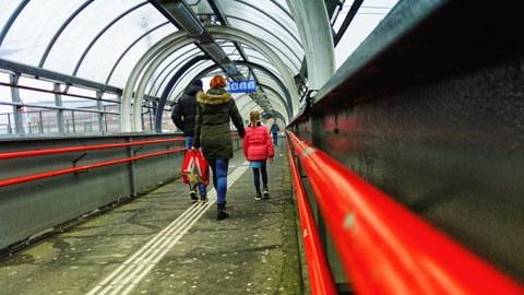 Menschen auf dem Weg zum öffentlichen Nahverkehr