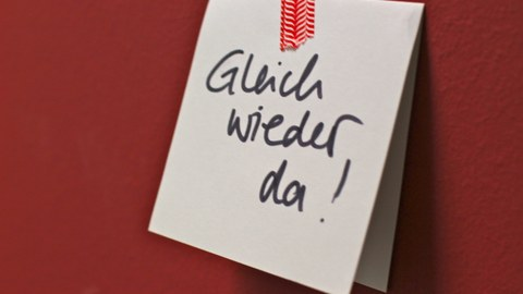 """Klebezettel mit Text """"Gleich wieder da"""""""