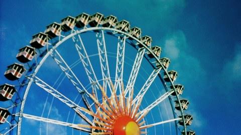ein Riesenrad vor blauem Himmel
