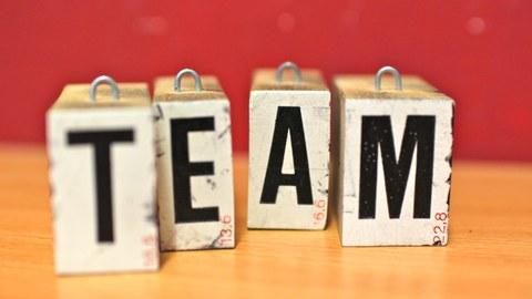 Buchstabenklötzchen bilden das Wort Team