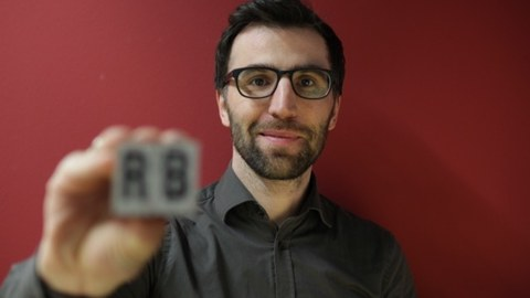 Rico Behrens lacht in die Kamera.