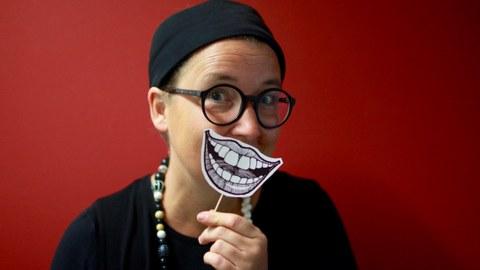 Prof. Besand lacht