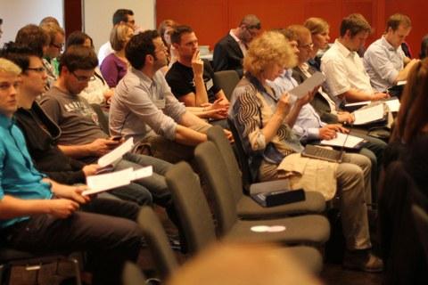 Das Bild zeigt interessierte Zuhörer.