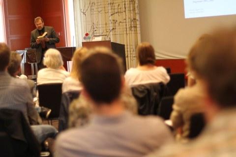 Das Bild zeigt den Vortragenden.