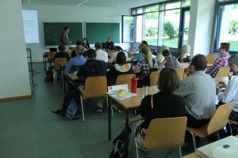 Das Bild zeigt ein Panel im Seminarraum.