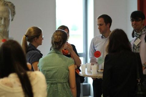 Das Bild zeigt Nachwuchsforscher bei der Kaffeepause.
