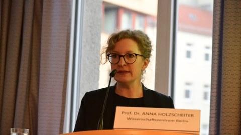 Prof. Dr.  Anna Holzscheiter spricht auf einer Tagung der Deutsche Plattform für globale Gesundheit