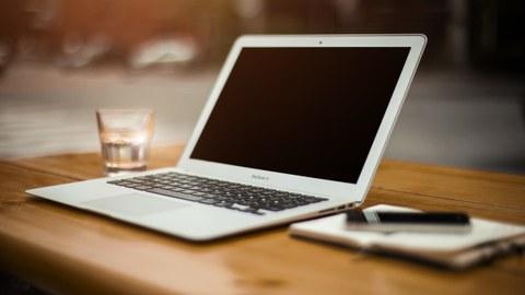 Laptop Arbeitsplatz Wasserglas