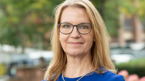 Portrait von Frau Kneuer, lächelnd