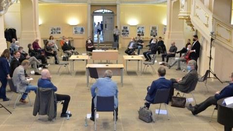 Fotos der Stühle beim Dialog