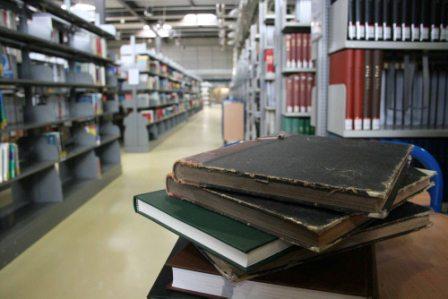 Bücherstapel in der Bibliothek