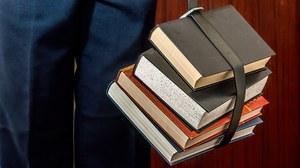 Bücherstapel mit Gürtel zusammengehalten