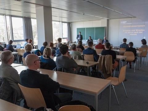 Der Abend wurde von Prof. Christian Prunitsch, Dekan der Fakultät Sprach-, Literatur- und Kulturwissenschaften eröffnet.