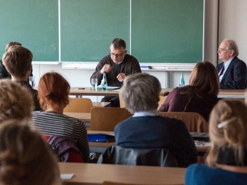 In der Auftaktveranstaltung diskutierten der Historiker Prof. Krzysztof Ruchniewicz vom Willy-Brandt-Zentrum der Universität Wrocław und der Soziologie Prof. Karl-Siegbert Rehberg aus Dresden über Gemeinsamkeiten und Differenzen beider Städte beim Umgang mit ihrer jüngeren Vergangenheit.