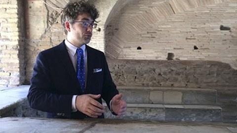 Dr. Christoph Lundgreen im Thermopolium (Taverne) in Ostia Antica, Juni 2016