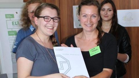 Marianne Wilde, Absolventin des Lehramts für Grundschule und Frau Julia Nowak, Mitarbeiterin an der Professur für Schulpädagogik (v.l.n.r.)
